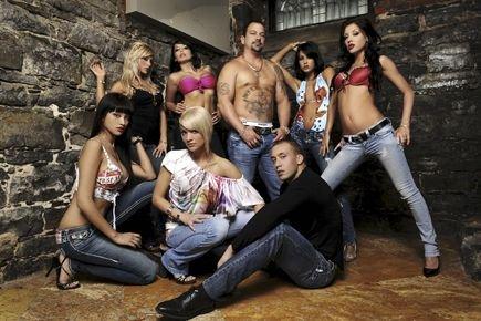 Éric Grenier (debout, au centre), entouré des belles... (Photo fournie par IDI Productions)