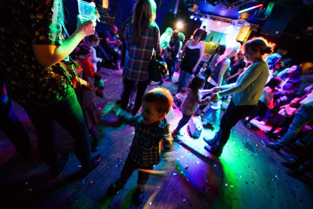 Des DJs passent des morceaux de house, de... (PHOTO LEON NEAL, AFP)