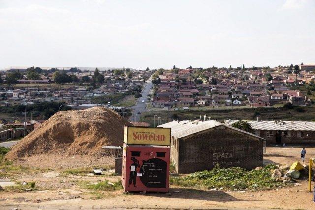 Plus de 500 milliards de rands (35 milliards... (Photo MARCO LONGARI, AFP)