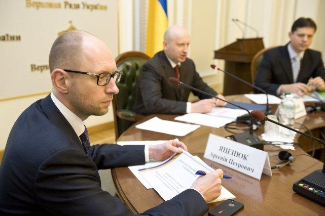 Le premier ministre ukrainien Arseni Iatseniouk(gauche) et le... (Photo REUTERS)