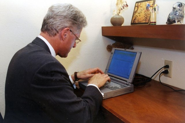 Bill Clinton s'était servi de cet ordinateur, un Toshiba... (Photo Maison-Blanche/AFP)