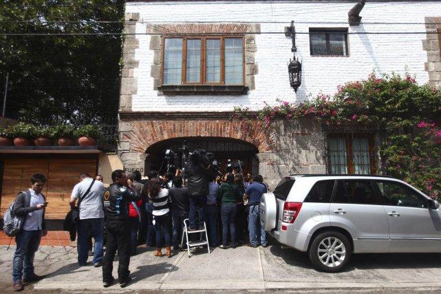 Les journalistes filment la maison de l'écrivain à... (Photo Edgard Garrido, Reuters)