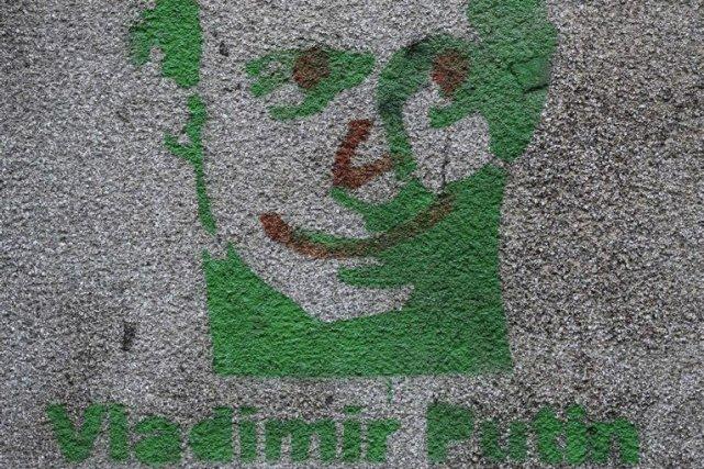 Un graffiti de Vladimir Poutine.... (Photo Darko Vojinovic, Associated Press)