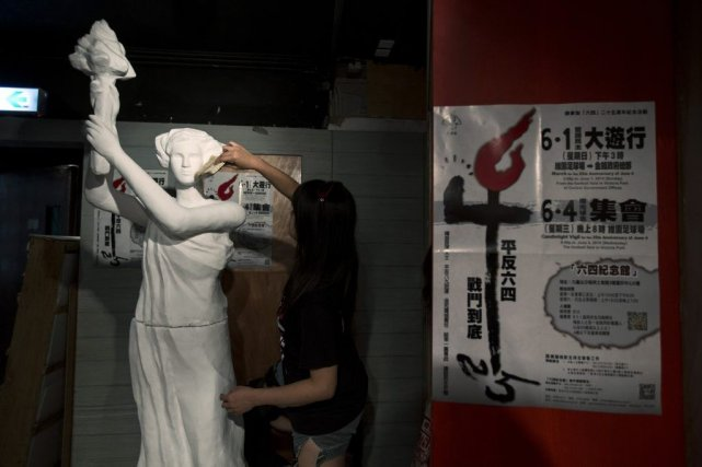 Une artiste travaille sur la statue de la... (Photo Tyrone Siu, Reuters)