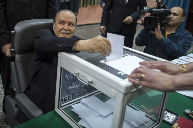 Le président réélu d'Algérie Abdelaziz Bouteflika dépose son... (Photo Zohra Bensemra, Reuters)