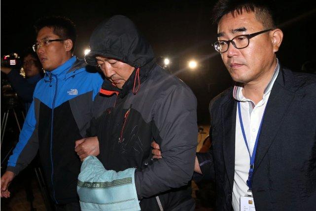 Lee Joon-Seok (au centre), arrêté dans la matinée,... (Photo AP)