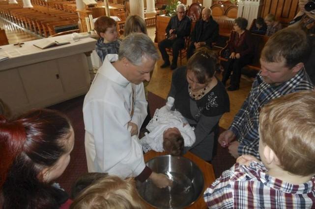 Francis Gagnon, un diacre permanent, célèbre unbaptême à... (PHOTO FOURNIE PAR FRANCIS GAGNON)
