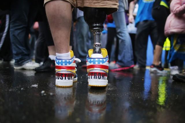 «Boston strong», peut-on lire sur les souliers de... (Photo Brian Snyder, Reuters)