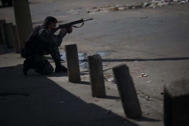 Un policier dans un quartier de Rio de... (Photo AP)