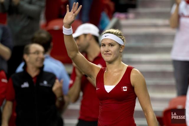 Eugenie Bouchard salue la foule après avoir remporté... (Photo Jacques Boissinot, La Presse Canadienne)