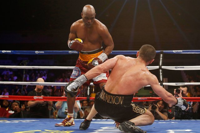 Bernard Hopkins a envoyé Beibut Shumenov au tapis lors du... (PHOTO GEOFF BURKE, USA TODAY)