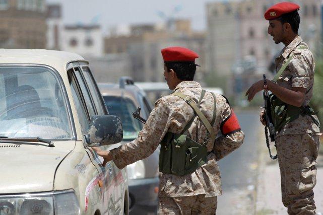 Des soldats mènent la garde dans la capitale... (PHOTO MOHAMMED HUWAIS, AFP)