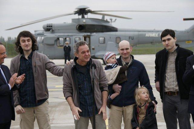 Les quatre hommes ont été chaleureusement accueillis par... (PHOTO GONZALO FUENTES, REUTERS)