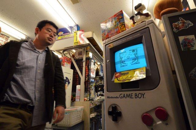 Une version géante de laGame Boy est exposée... (PHOTO YOSHIKAZU TSUNO, AFP)