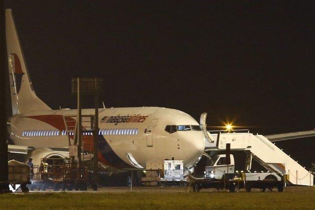 L'atterrissage d'urgence s'est déroulé sans difficulté à 1h56... (PHOTO SAMSUL SAID, REUTERS)