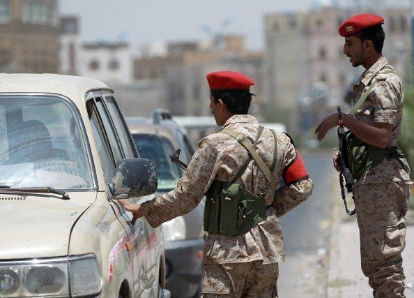 Des policiers yéménites contrôlent des véhicules dans la... (PHOTO MOHAMMED HUWAIS, AFP)
