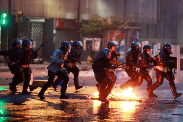 Les heurts se sont produits dans la banlieue... (Photo FEDERICO PARRA, AFP)
