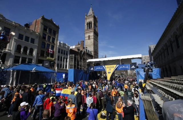 Des coureurs et des amateurs de marathon massés... (Photo Robert F. Bukaty, AP)