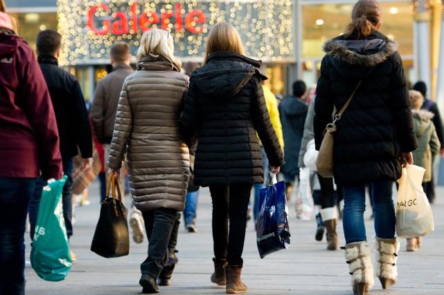 Des consommateurs déambulent dans une rue commerciale deDresde,... (PHOTO SEBASTIAN KAHNERT, ARCHIVES AFP)