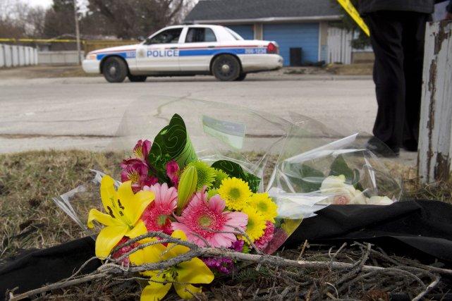 Des fleurs ont été déposées près de l'endroit... (Photo La Presse Canadienne)