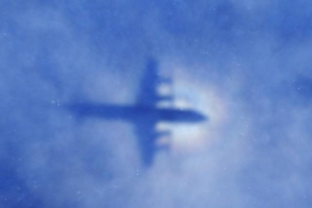 L'ombre d'un P-3 Orion de la Royal New... (PHOTO ROB GRIFFITH, ARCHIVES AP)
