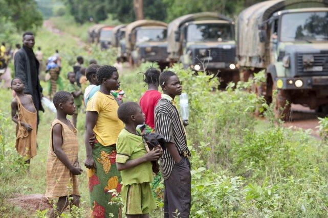 Plusieurs personnes sont massées le long de la... (PHOTO MIGUEL MEDINA, ARCHIVES AFP)