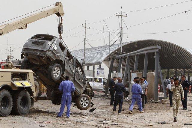 Les forces de sécurité retirent les restes de... (Photo Ahmard Saad, Reuters)