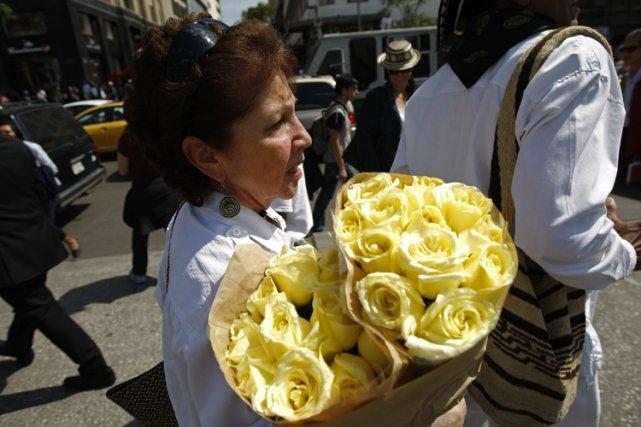 De nombreux admirateurs de GabrielGarcia Marquezportaient des feleurs... (Photo: Reuters)
