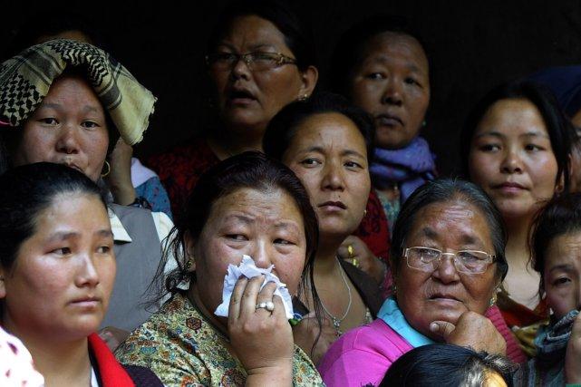 Des parents des victimes de l'avalanche du Mont... (Photo Prakash Mathema, AFP)