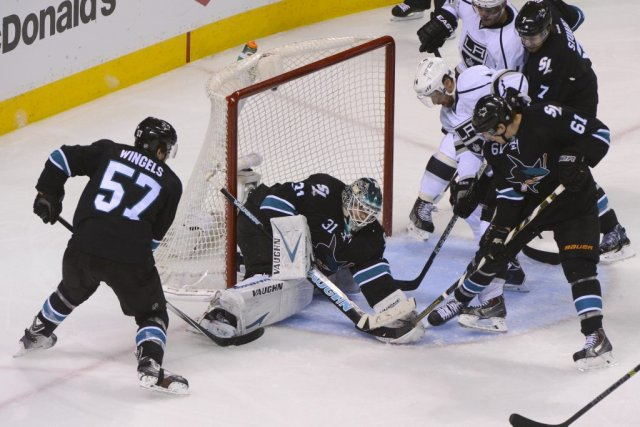 Le gardien des Sharks arrête un tir, dimanche.... (Photo Kyle Terada, archives USA Today)