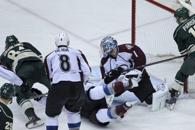 Le plongeon de Mikael Granlund pour pousser le disque derrière Semyon Varlamov... (Photo: Reuters)