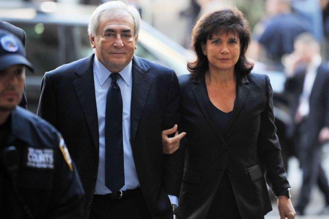 Anne Sinclair au bras de Dominique Strauss-Kahn, à... (PHOTO STAN HONDA, ARCHIVES AFP)