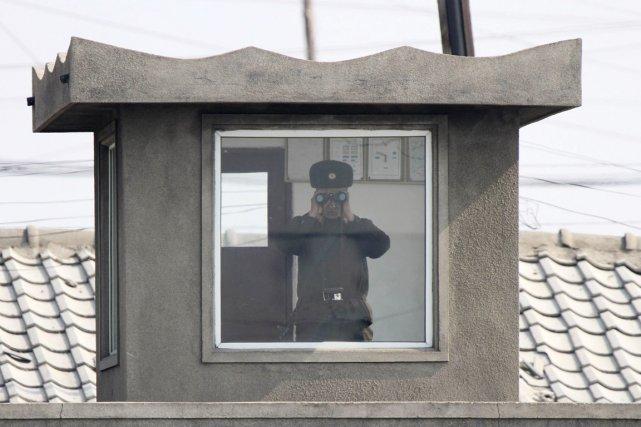 Un soldat nord-coréen monte la garde depuis son... (PHOTO JACKY CHEN, REUTERS)