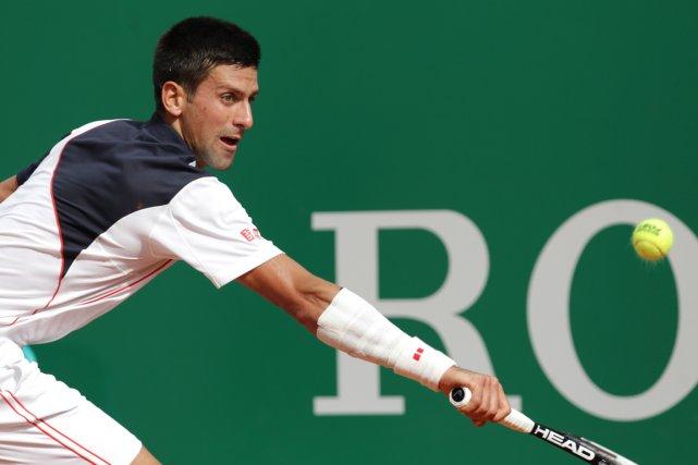 Novak portait un épais bandage blanc au poignet... (Photo Jean-Christophe Magnenet, AFP)