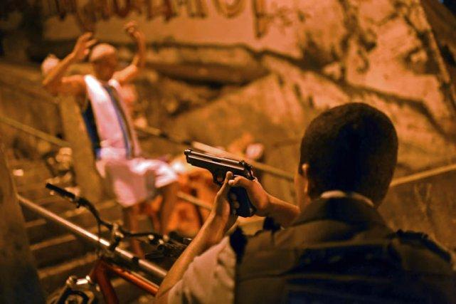 Pneus brûlés pour faire des barricades, coups de feu et casse: de violentes... (Photo: AFP)