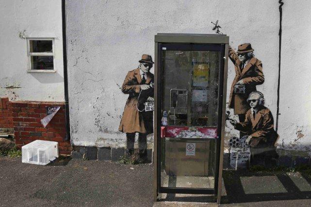 Un graffiti signé Bansky orne un mur près... (Photo: Reuters)