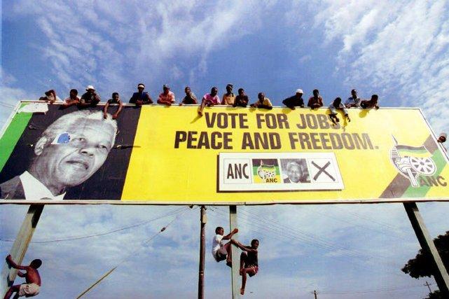 Des sympathisants de l'ANC attendent, grimpés sur une... (PHOTO ALEXANDER JOE, ARCHIVES AFP)