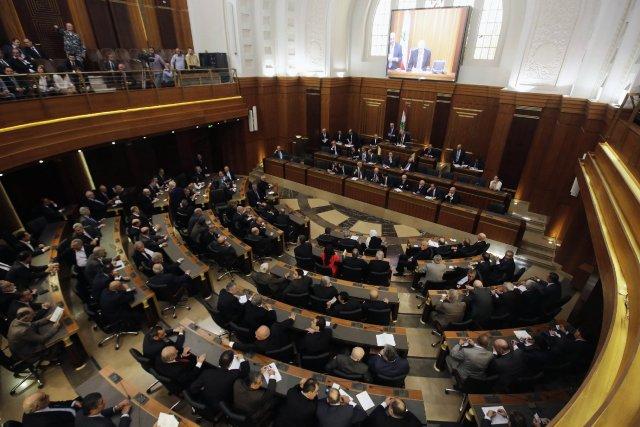 Le parlement compte 128 députés, répartis pour moitié... (Photo REUTERS)