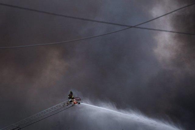 L'incendie a été maîtrisé en après-midi et on... (La Presse Canadienne)