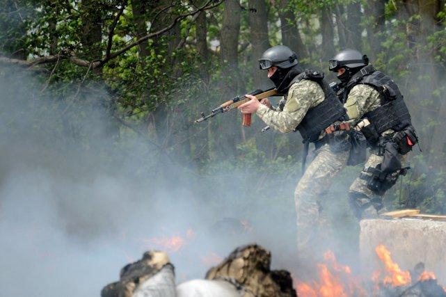 Des soldats des forces spéciales ukrainiennes prennent position... (PHOTO KIRILL KUDRYAVTSEV, AFP)