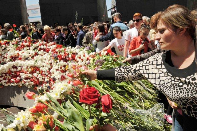 Plusieurs Arméniens ont déposé des fleurs au mémorial... (PHOTO KAREN MINASYAN, AFP)