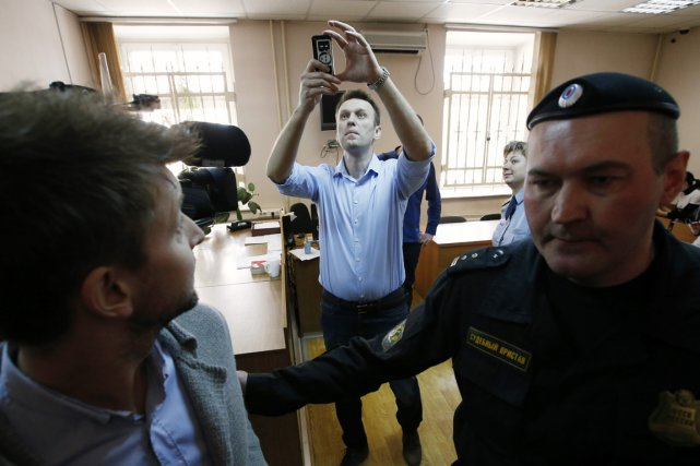 Alexeï Navalny prend une photo des journalistes quittant... (PHOTO ARTUR BAINOZAROV, REUTERS)