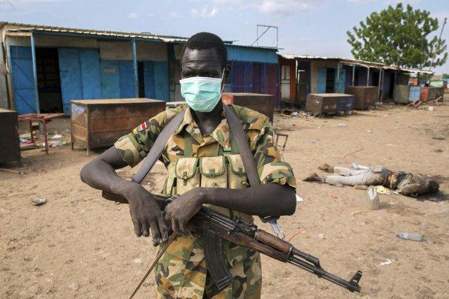 Un rebelle sud-soudanais porte un masque sur la... (PHOTO EMRE RENDE, ARCHIVES REUTERS)