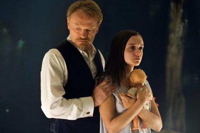 Les acteurs Jared Harris et Olivia Cook dans... (Photo: fournie par Lionsgate)