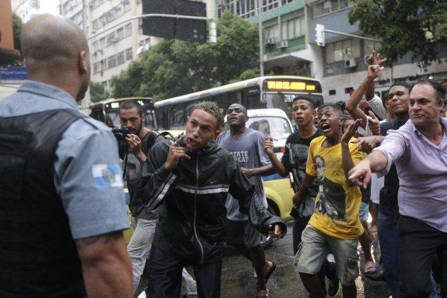 Des violences à Copacabana, l'un des quartiers les... (Photo Reuters)