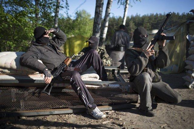 Des militants prorusses à Krasny Linam.... (PHOTO AP)