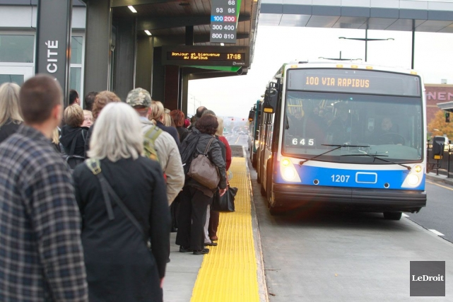 Mercredi dernier, vers 16h55, deux autobus sont passés tout droit sans arrêter... (Patrick Woodbury, Archives LeDroit)