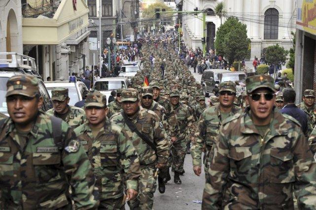 Des soldats boliviens ont manifesté dans les rues... (PHOTO AIZAR RALDES, AFP)
