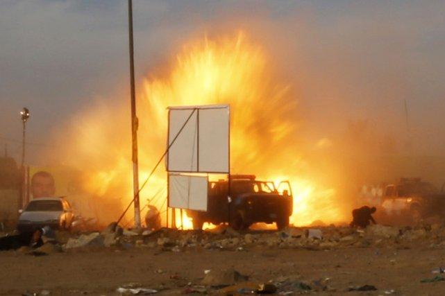 Une voiture piégée a explosé, puis un kamikaze... (PHOTO THAIER AL-SUDANI, REUTERS)