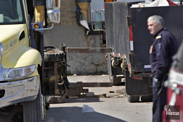 L'homme est resté coincé sous le chariot pendant... (Photo Patrick Sanfaçon, La Presse)